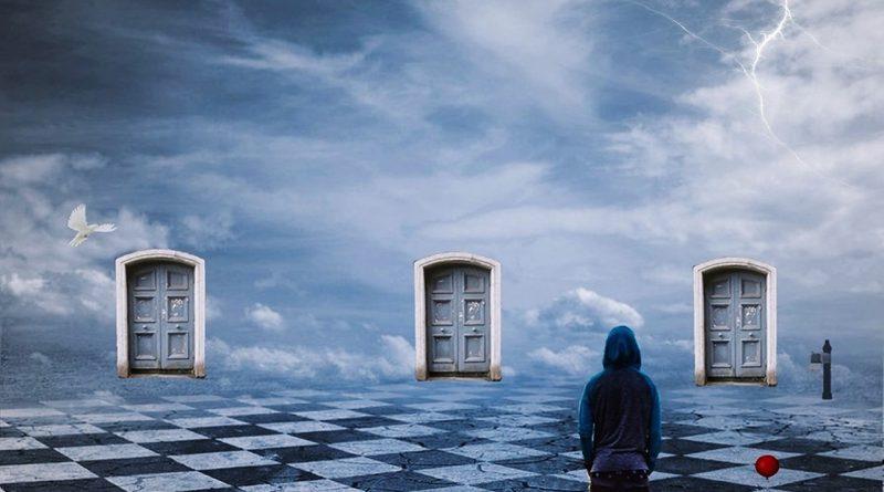 Bild mit Mann vor 3 Türen