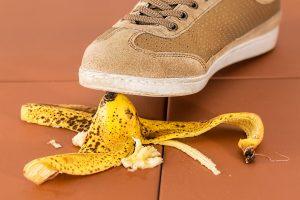 Mann steigt auf Bananenschale - hoffentlich hat er Glück und die Banane rutscht nicht