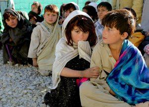 Kinder die am Boden sitzen