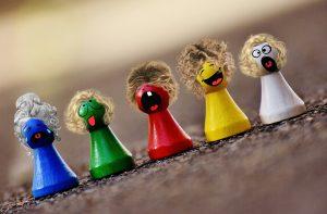 Verrückte Spielsteine mit noch verrückteren Gesichtern. (Artikel zu Werbekompetenz)