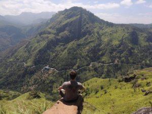 Mario Schuster meditiert vor einem Berg in Sri Lanka