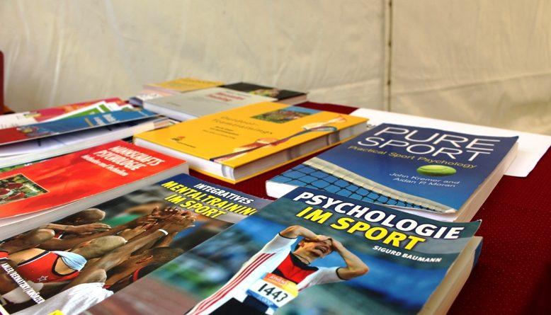 Tisch mit Büchern über Sportpsychologie