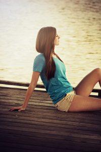 Junge Frau entspannt sich am See