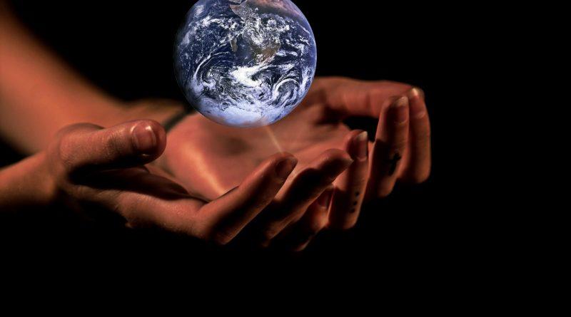 Hände halten die Erde