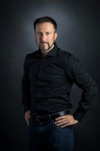 Bild von Mario Schuster in schwarzem Hemd