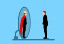 Mann steht vor Spiegel und sieht König