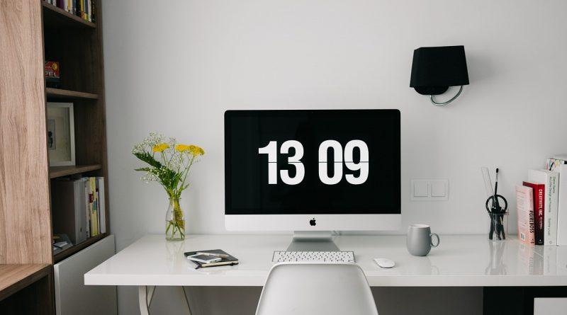 Monitor mit Uhrzeit